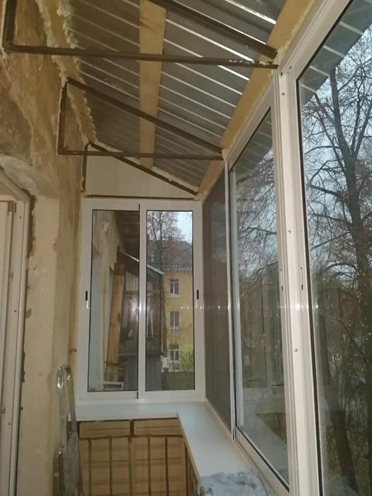 Монтаж козырька на балконную раму